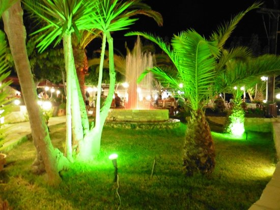 Marem Cafe Restaurant: Lovely lighting around the fountain