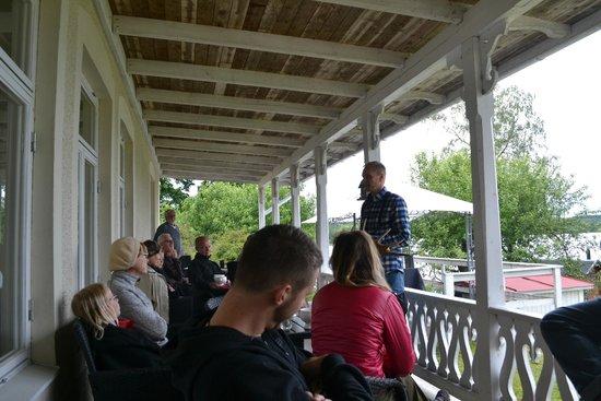 Wild Sweden - wildlife tours: Jan providing information on the moose, before Moose Safari night