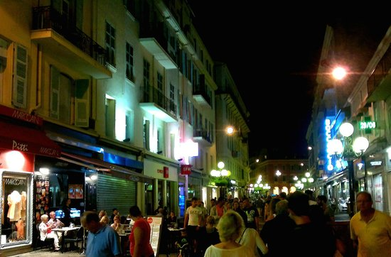 Ajoupa Apart'hotel Nice: Rue Massena by night. Ajoupa on the left