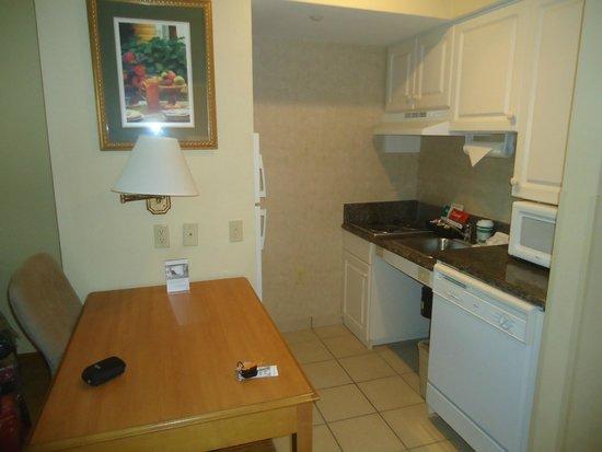 Homewood Suites Miami-Airport / Blue Lagoon: Cocina en la habitación