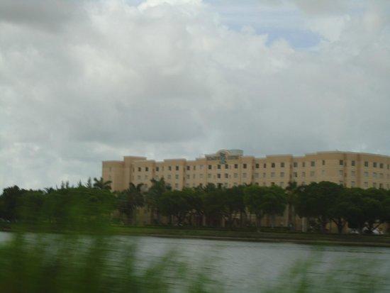Homewood Suites Miami-Airport / Blue Lagoon: Frente del hotel