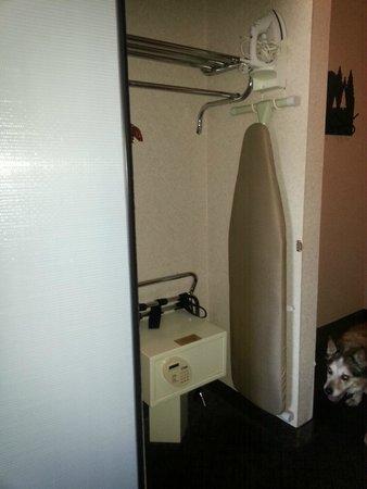 BEST WESTERN PLUS Landmark Inn: Closet behind large mirror has a safe