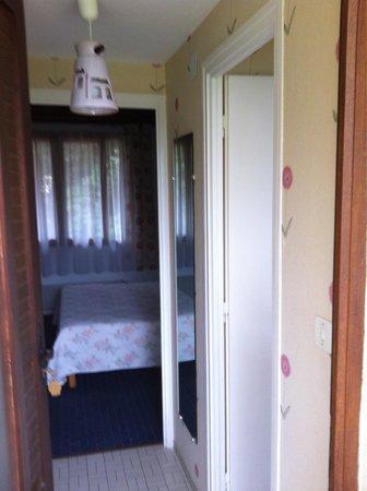 Hotel Le Mas Fleuri: Entrada de la habitación