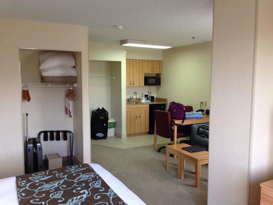 Comfort Suites Seven Mile Beach: Kitchenette