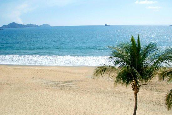 Camino Real Manzanillo: playa desde la alberca