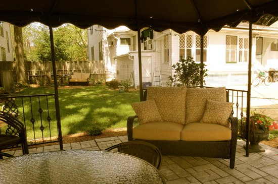 Carriage House Bed and Breakfast : Under the canopy