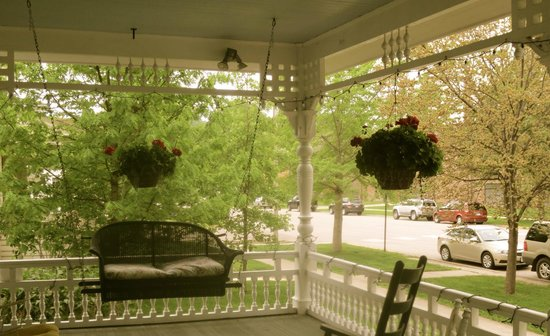 Carriage House Bed and Breakfast: Front Porch