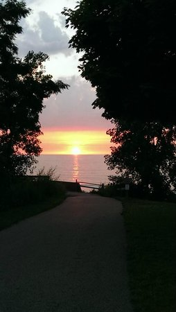 The Lodge at Geneva-on-the-Lake : Gorgeous sunset views along the trail
