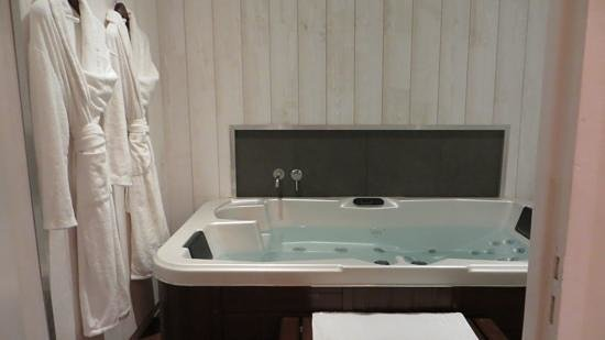 Le Boutique Hotel: The jacuzzi room, different from website photos