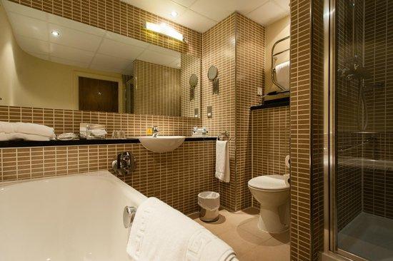 Holiday Inn Dumfries: Bathroom