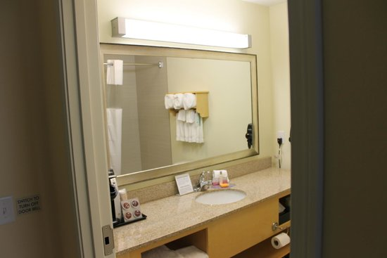 La Quinta Inn & Suites Rochester: Large sink/vanity area. Lots of towels