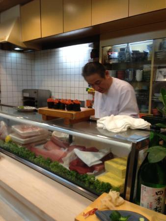 Sushiryori Inose: The chef hard at work.