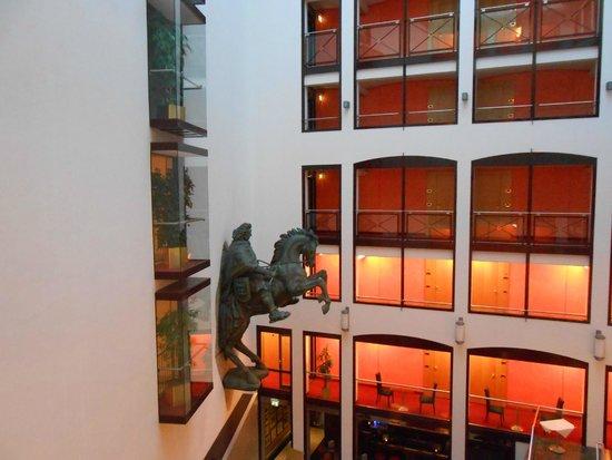 Derag Livinghotel Grosser Kurfürst : La vue du couloir pour aller rejoindre l'ascenseur