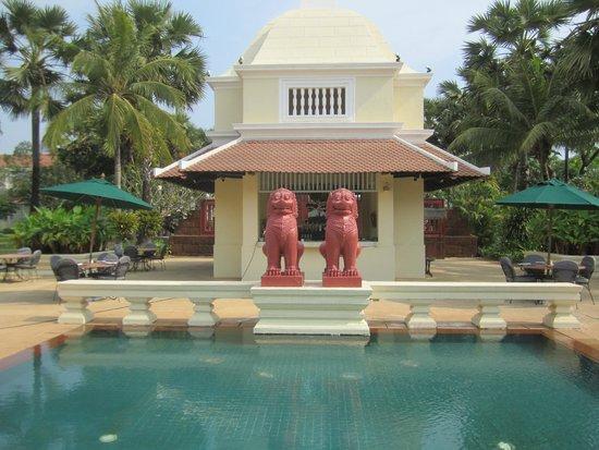 Raffles Grand Hotel d'Angkor: outdoor bar and snak area