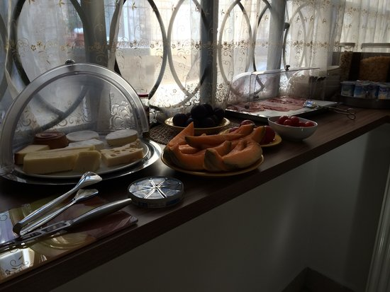 Butterfly Home: Wonderfull variety of food in the breakfast room