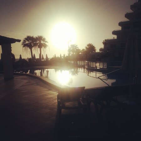 HOVIMA La Pinta Beachfront Family Hotel : Sunset over the pool.