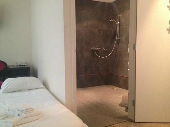 Post-Plaza Hotel & Grand Cafe : disabled bathroom and extra bed