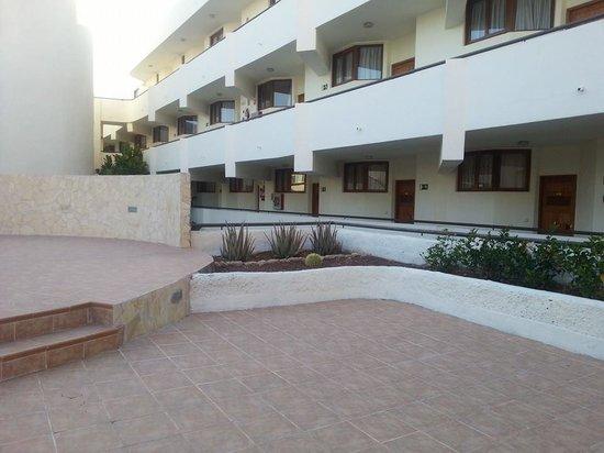 HOVIMA La Pinta Beachfront Family Hotel : Outside around the hotel. Was pretty clean and modern.
