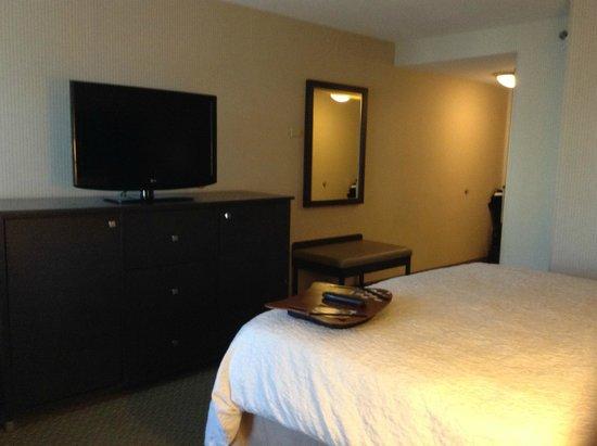 Hampton Inn & Suites Reagan National Airport: Room 703 - microwave and mini fridge in TV cabinet