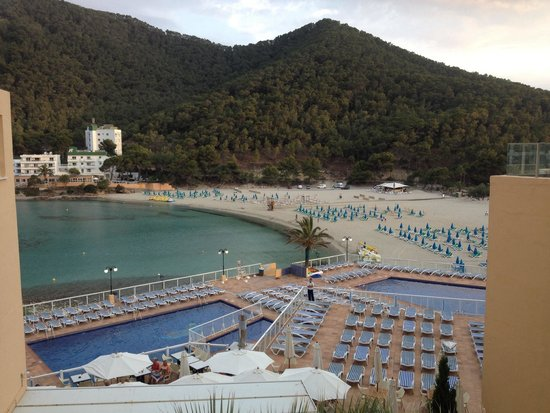 Sirenis Cala Llonga Resort: Pool were amazing, loads of sun beds and just a few steps down to the beach :)