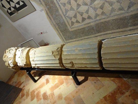 Museo de la Ciudad: Curiosa columna romana POLICROMADA en azul