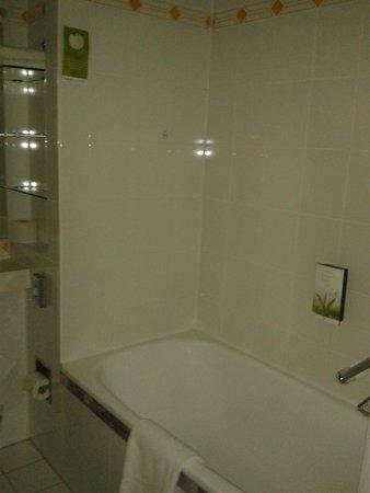 Derag Livinghotel Grosser Kurfürst : Salle de bain spacieuse