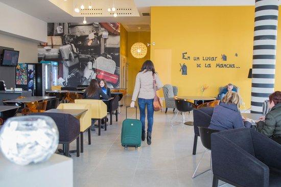 B&B Hotel Albacete: El Hall tiene un diseño joven y moderno