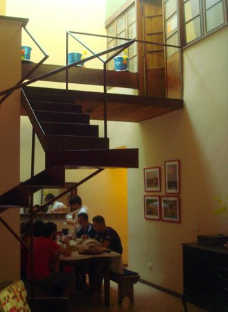 Alma de Santa Guest House: Breakfast is served at a big table in the lobby