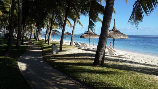Sugar Beach Golf & Spa Resort : Footpath next to beach