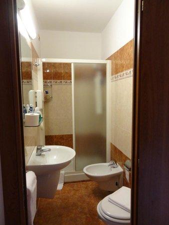 Hotel RomAntica: Baño estrecho