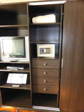 Tower Inn & Suites San Rafael: tele, dvd, equipo de musica y caja fuerte
