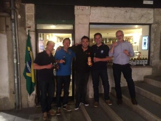 Cafe Filermo : Raphy au centre supportant le Brésil