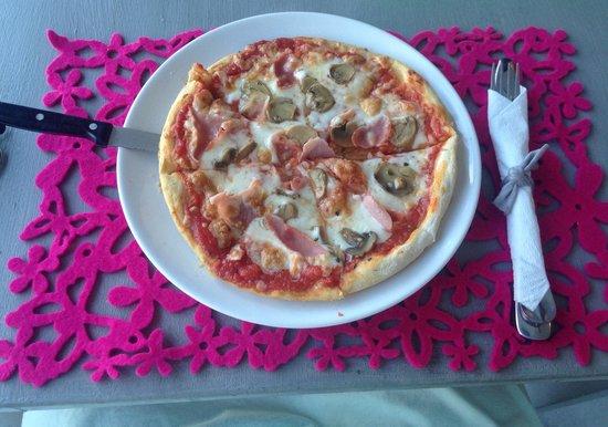 Nud d'Naplun: pizza artistica goya ham and mushrooms