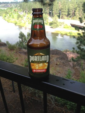 Pine Ridge Inn: A view of the Deschutes River and one of Oregon's finest brews from out room