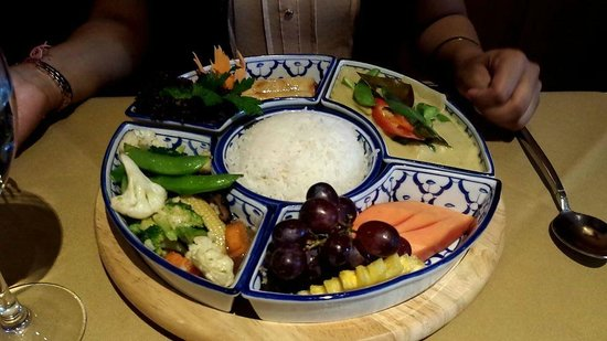 Nipa Thai: Vegetarian Kantok dish (vegetables, green curry with vegetables, rice, spring rolls, fruit)