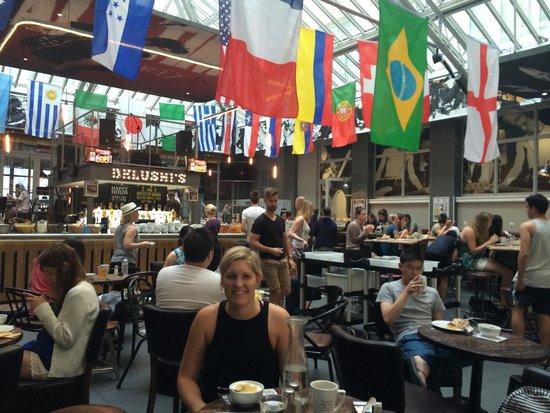 St Christopher's Gare du Nord Paris: Hostel bar and breakfast area