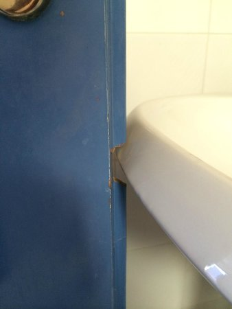 Frida Village Apartments: Porte et lavabo de la salle de bain