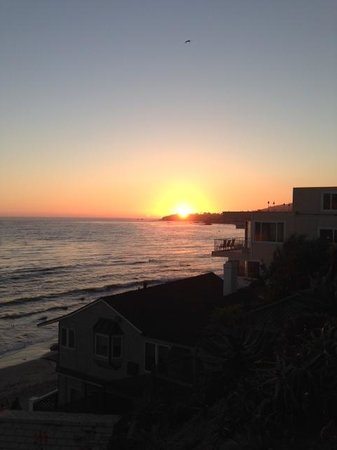 Holiday Inn Laguna Beach: Sunset taken from accross the street