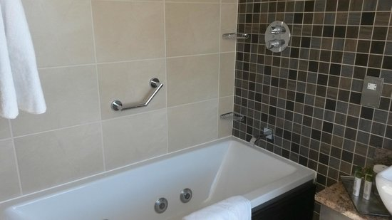Doubletree by Hilton Dunblane-Hydro: Jacuzzi Bath - added Bonus!