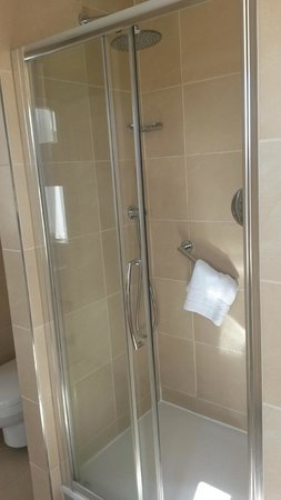 Doubletree by Hilton, Dunblane-Hydro: Spacious Shower Cubicle
