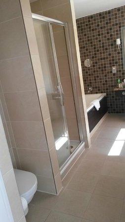 Doubletree by Hilton, Dunblane-Hydro : Nice Big Bright Bathroom - Separate Shower and Bath