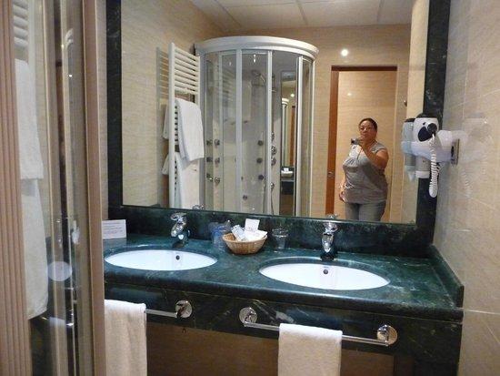 Hotel II Castillas: salle de bain et belle cabine de douche