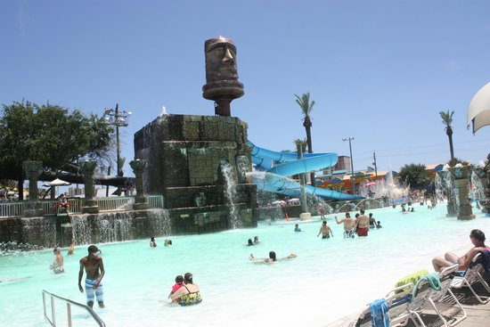 Big Kahuna's Water and Adventure Park: Wading pool side, ledge seat to sit on to keep cool & watch the fun