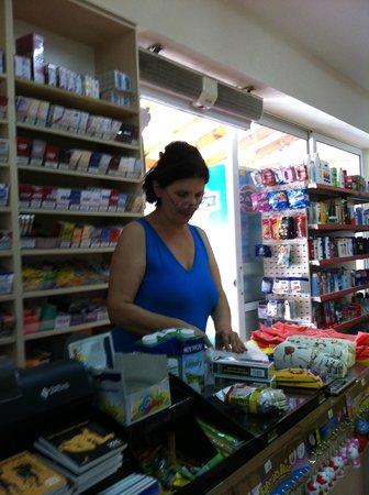 smartline Neptuno Beach : Konstantina i affären tvärs över gatan