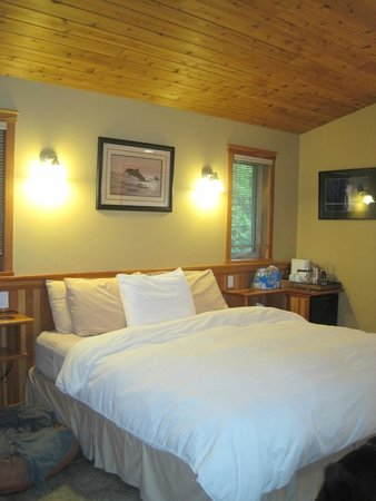 A Snug Harbour Inn : The comfy bed!