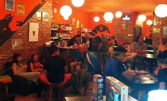 Speak Eazy - The Alternative Bar/Bistro : Outside lookin in