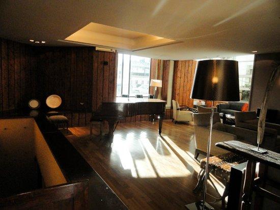 Panamericano Bariloche: Lobby, com piano bar à noite