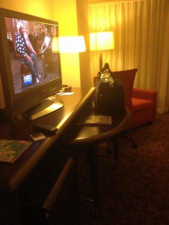 Sheraton Dallas Hotel: Nice desk area. I like the curved desk