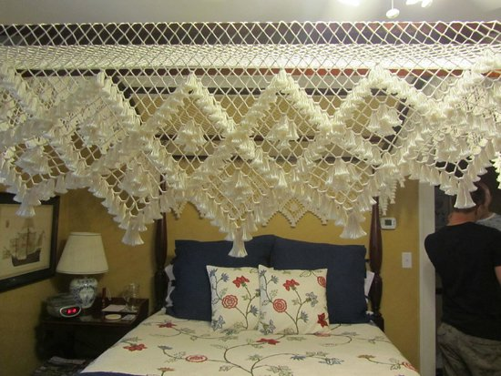 Sidwell Friends Bed and Breakfast: Handmade canopy over bed