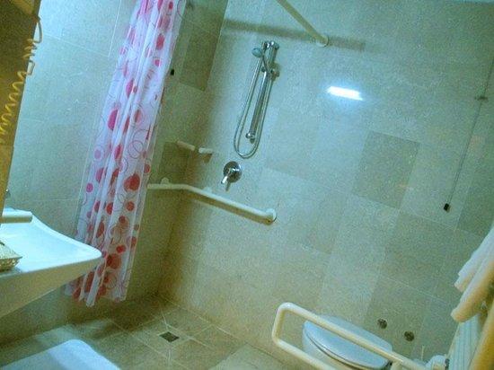 Hotel Arcadia: Spotless bathroom